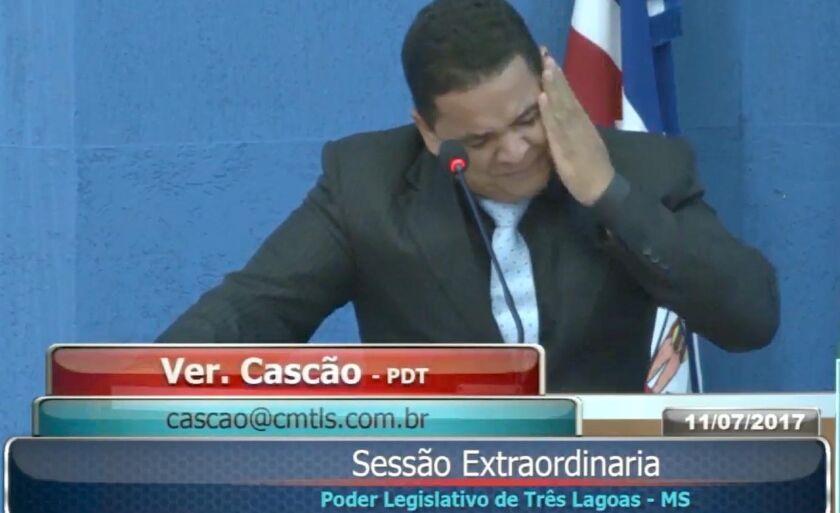 Vereador se esforça para chorar durante sessão na Câmara