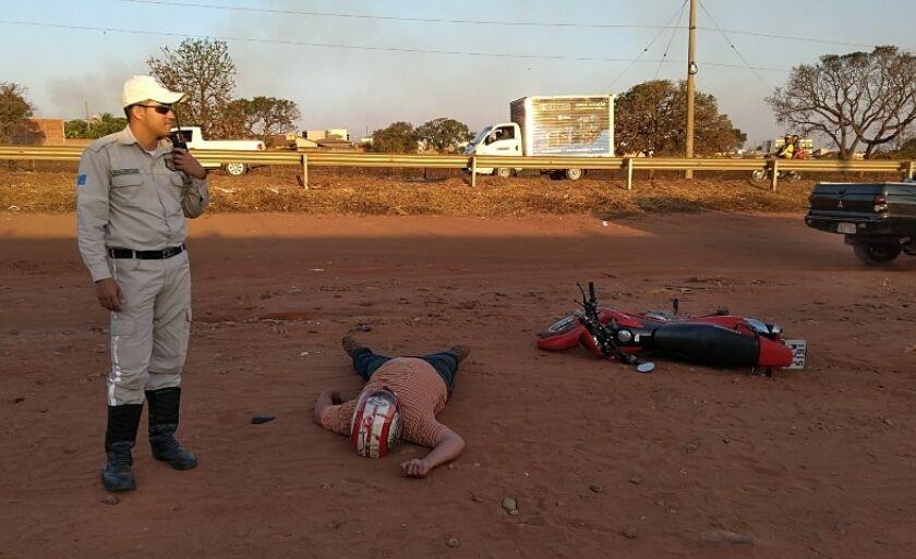 Guarda Municipal de Trânsito isola a área para a vítima não ser atropelada