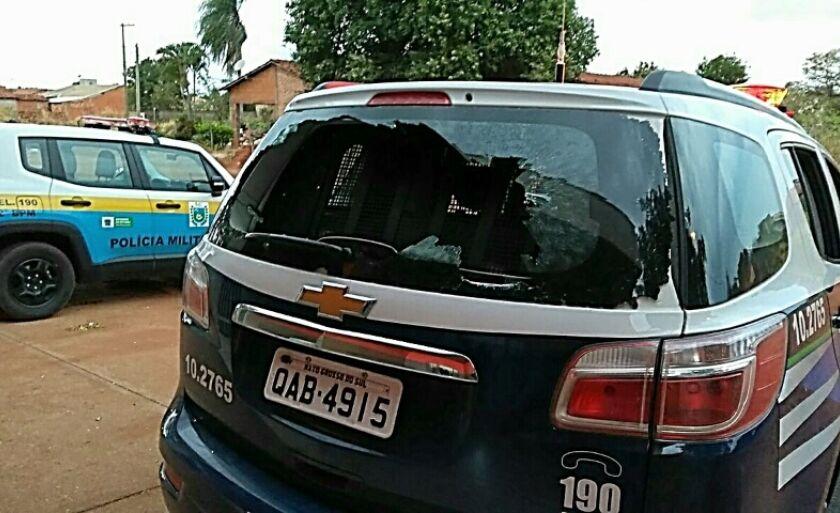 O vidro traseiro da viatura da Polícia Militar foi quebrado