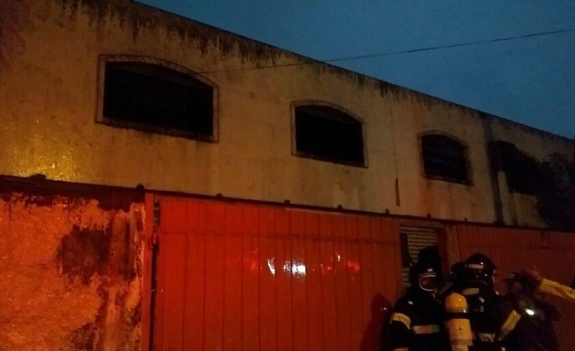 Bombeiro conversam com moradores da região depois de apagar o fogo