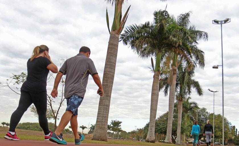Apesar do clima ameno, moradores aproveitam para caminhada na Lagoa Maior, em Três Lagoas