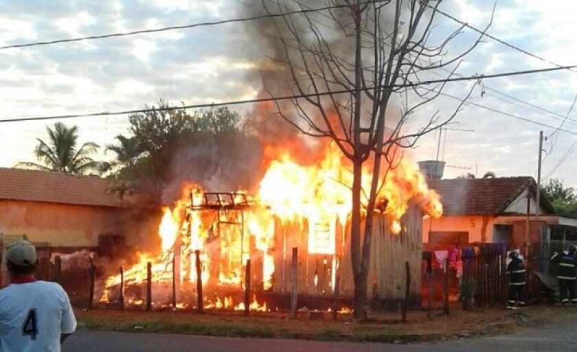 Casa foi completamente consumida pelo fogo