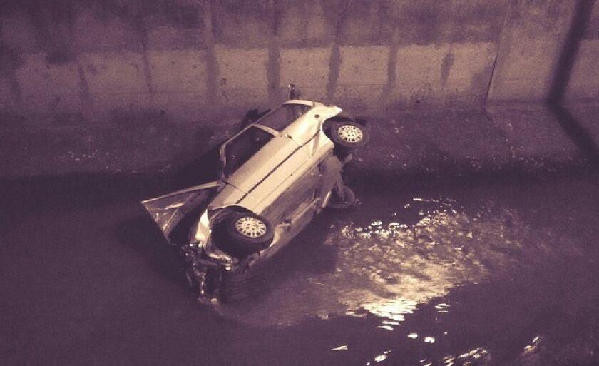 Carro cai dentro de córrego em Paranaíba