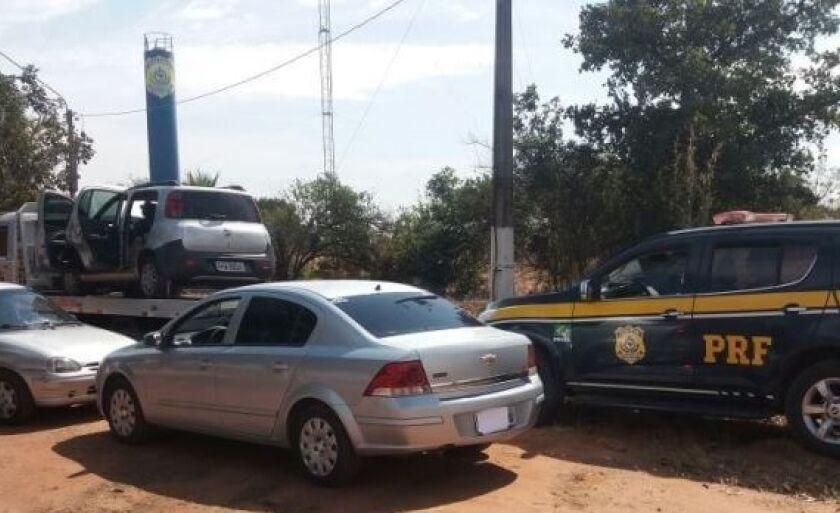 Três carros foram apreendidos em operação policial