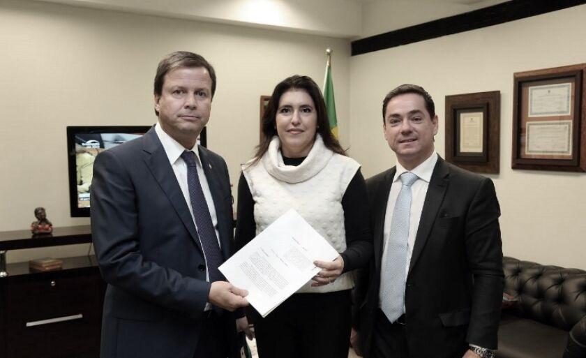 Simone Tebet celebra a aprovação do projeto com o Presidente Nacional da OAB, Cláudio Lamachia