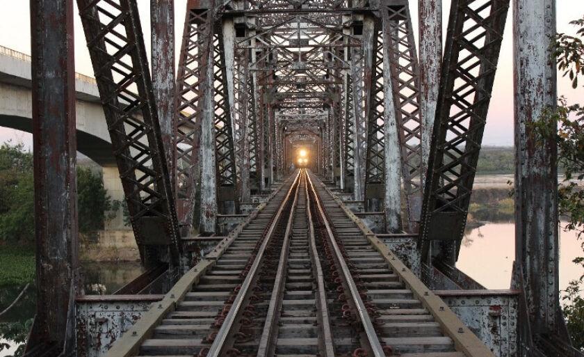 A Ponte Francisco Sá liga o estado de São Paulo à cidade de Três Lagoas, sobre o Rio Paraná, e possui 1.024 metros de comprimento.