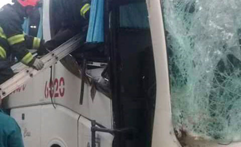 Ônibus teve frente danificada por causa da batida