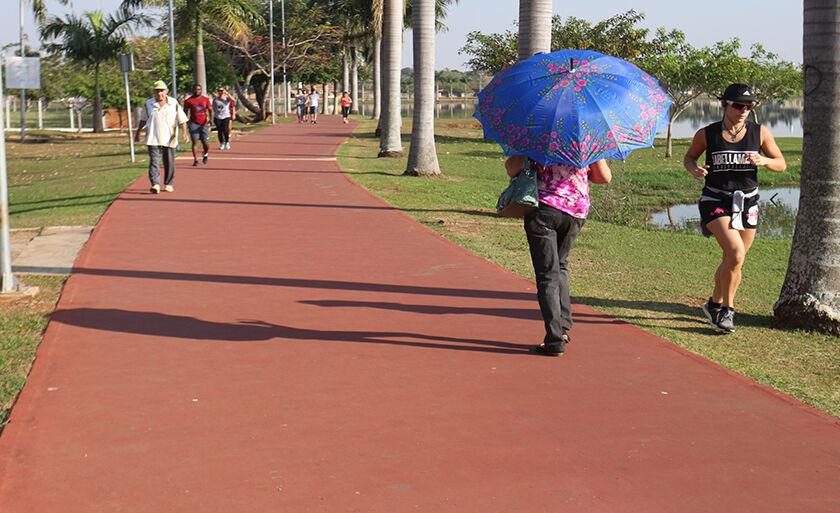 Nem mesmo o calor desanima os três-lagoenses a se exercitarem na Lagoa Maior