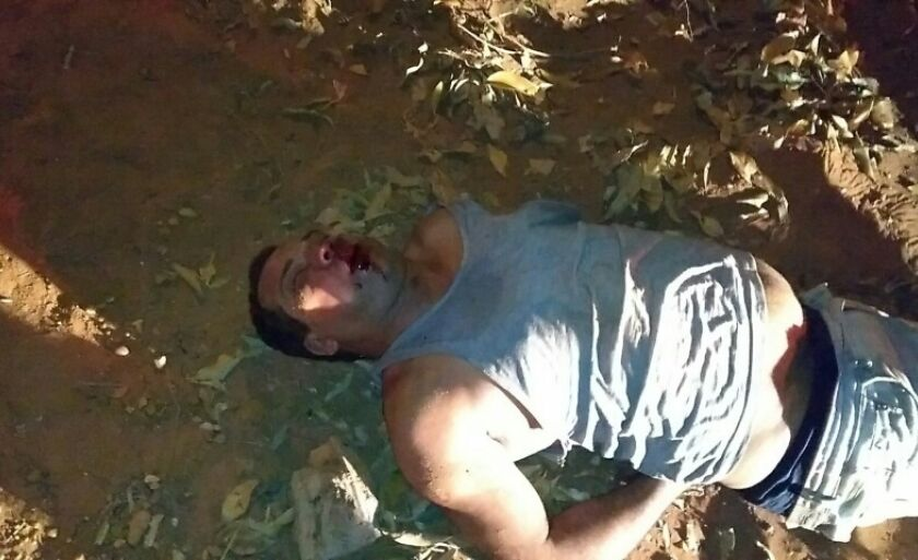 O suspeito foi agredido violentamente pelo grupo de pessoas