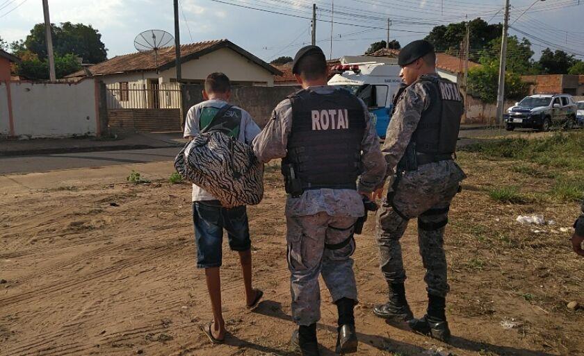 O menor mostrou aos policiais onde a mochila estava escondida