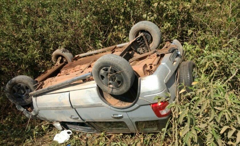 O carro foi abandonado pelos suspeitos depois de capotar