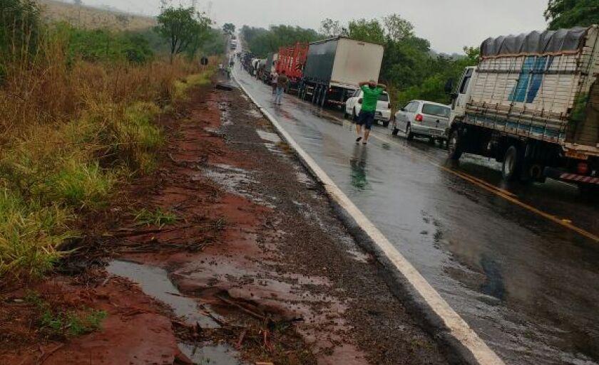 Pista ficou interditada por uma hora e gerou congestionamento de dois quilômetros