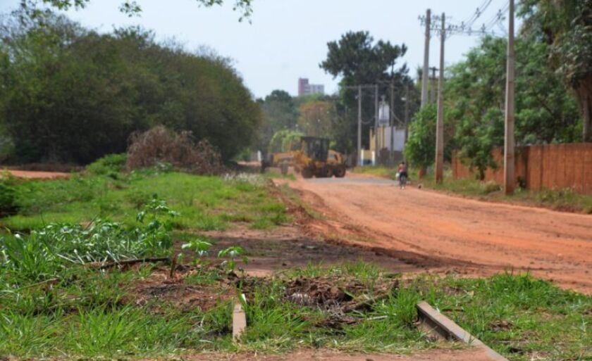 Prefeitura iniciou nesta segunda-feira a limpeza da área que pertencia à antiga Rede Ferroviária