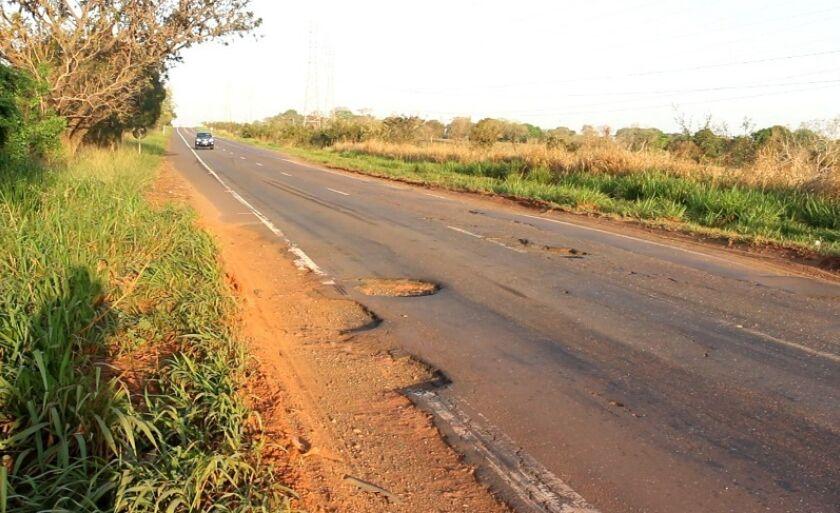 Rodovia BR-262 é alvo constante de reclamações de motoristas pelas péssimas condições da pista