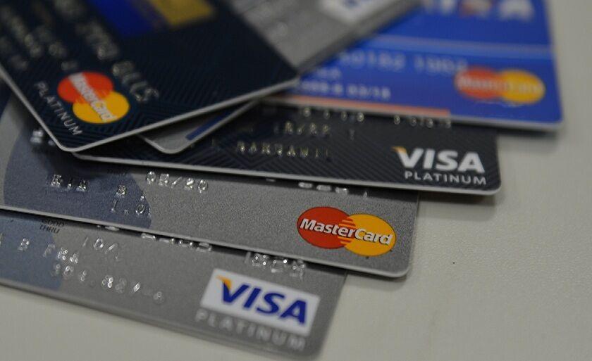 Brasileiro tem usado cartão para comprar itens essenciais