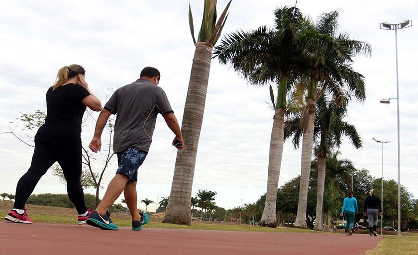 Céu nublado traz sensação de tempo fresco e três-lagoenses aproveitam para caminhar na Circular da Lagoa Maior