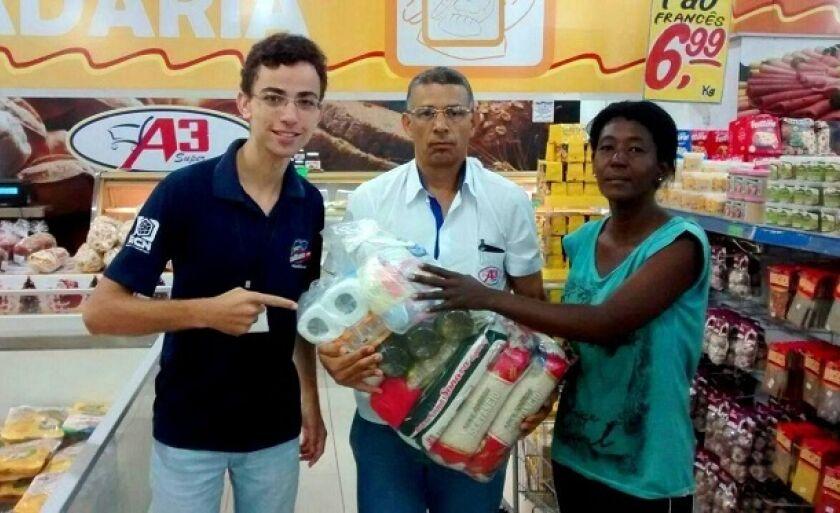 Locutor Alex Santos e equipe A3 Super entregam cesta básica a ganhadora da promoção Cesta da Sexta