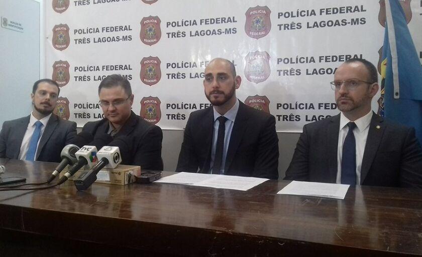 Delegados da PF e promotor de Justiça em coletiva à imprensa para passar detalhes da operação