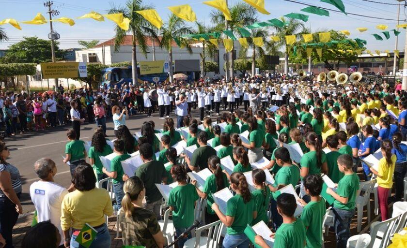 Aproximadamente três mil pessoas foram à avenida Antonio Trajno prestigiar o desfile cívico