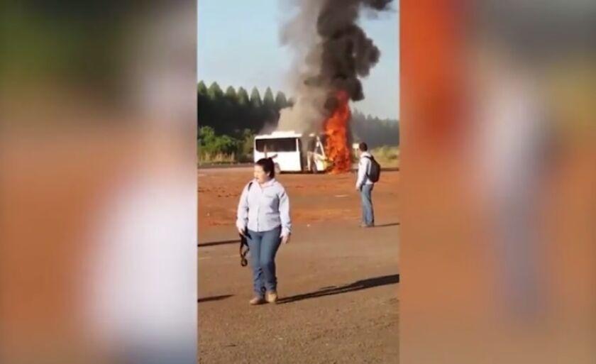 Ônibus em chamas às margens da rodovia BR-158