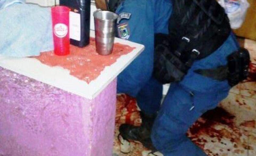 O policial militar encontra a vítima ensaguentada no chão da cozinha