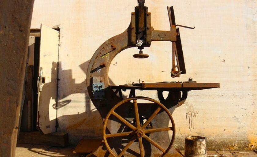 Máquina antiga presente no galpão da NOB, em Três Lagoas