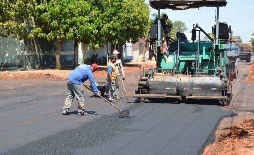 Obras em execução na rua Luiz Correa da Silveira, no bairro Jardim Alvorada,
