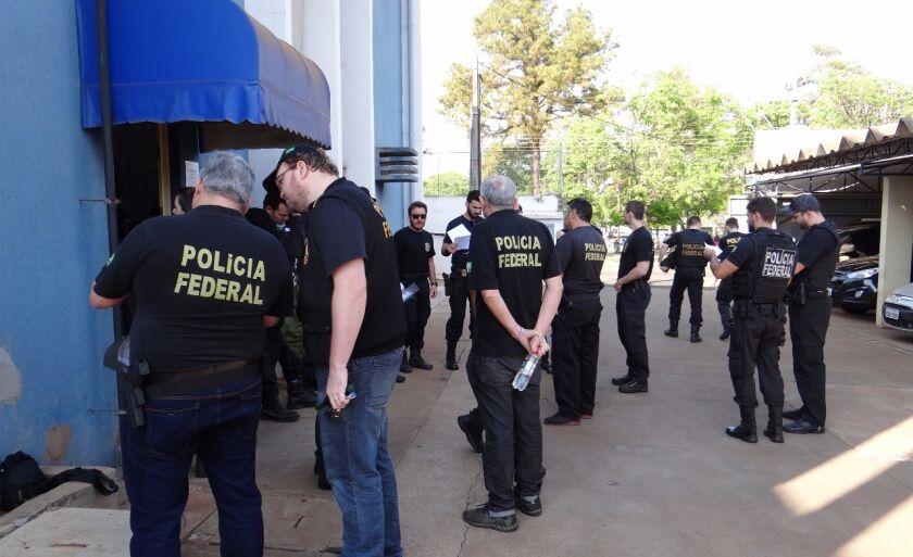 Policiais federais reunidos antes do início da operação em Três Lagoas