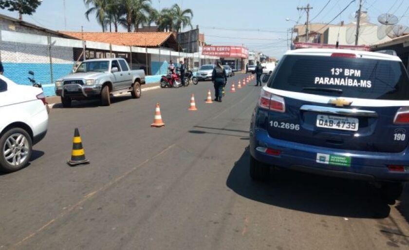 Foram confeccionados diversos autos de infração de trânsito e recolhidos vários documentos vencidos