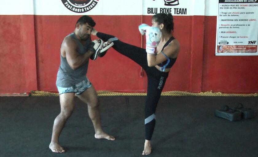 Raiza é professora de Muay Thai para mulheres em Três Lagoas e sua paixão é praticar esportes