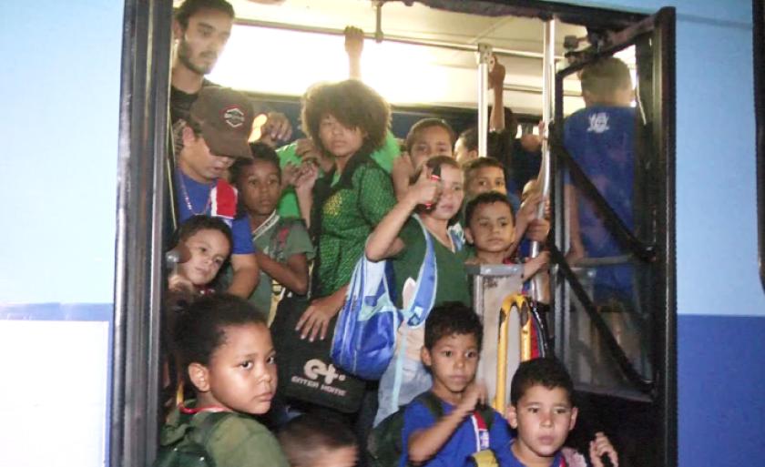 Muitas crianças dos conjuntos habitacionais são transportadas em pé, e o pior de tudo, com a cabeça para o lado de fora da janela