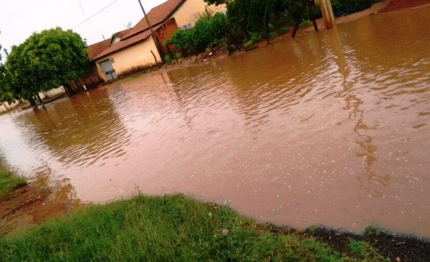 """Chuvas mais intensas alagam ruas e avenidas, deixando moradores """"ilhados"""" por falta de infraestrutura"""