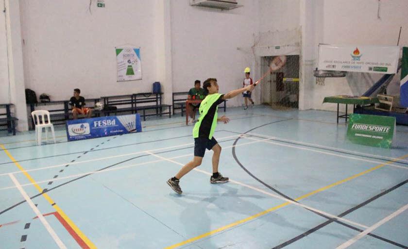 16 jovens participam das disputas de badminton