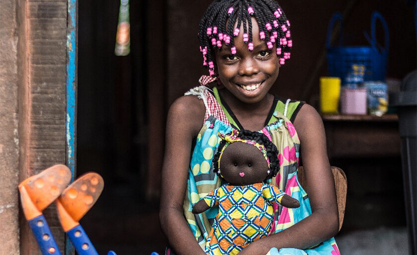 Uma das 250 bonecas entregues do projeto Bunekas na aldeia de Guiné Bissau.au