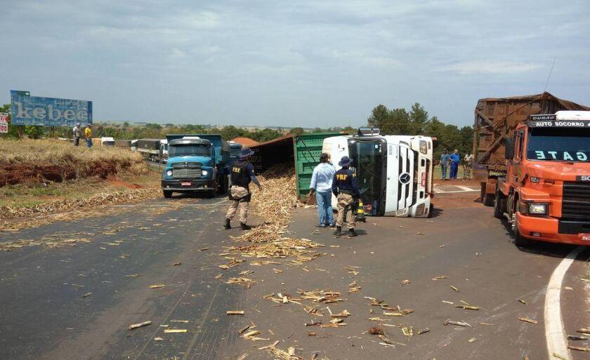 Segundo a Polícia Rodoviária Federal, a carreta tombou ao passar pela rotatória