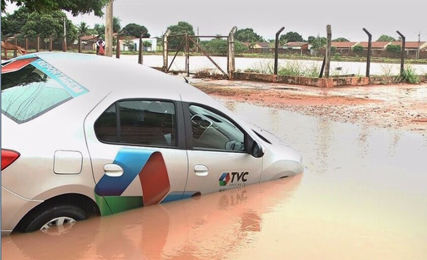 Veículo da TVC ficou submerso no meio da rua