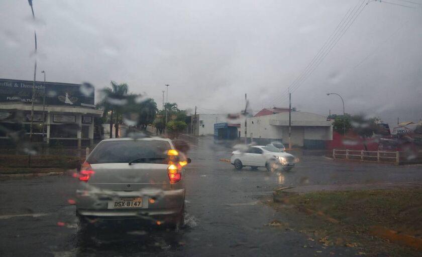 A chuva começou na madrugada, por volta das 3h e há previsão que ela continue durante todo o dia