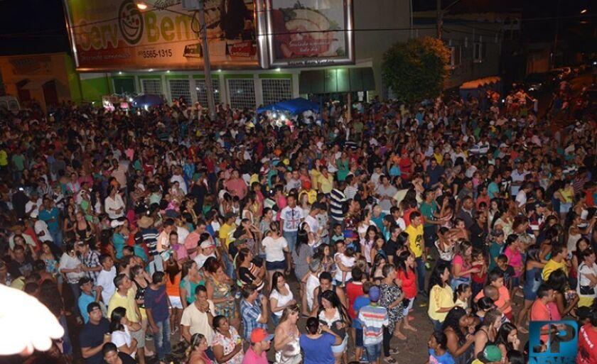 Público lotou a avenida Presidente Vargas, em Aparecida do Taboado