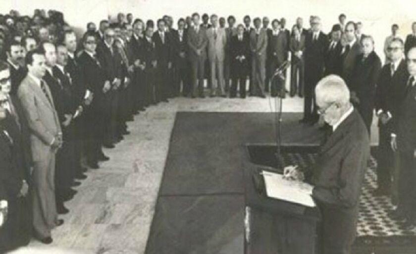 Ato de assinatura da Lei Complementar que criou o Estado de Mato Grosso do Sul, assinada pelo presidente Ernesto Geisel