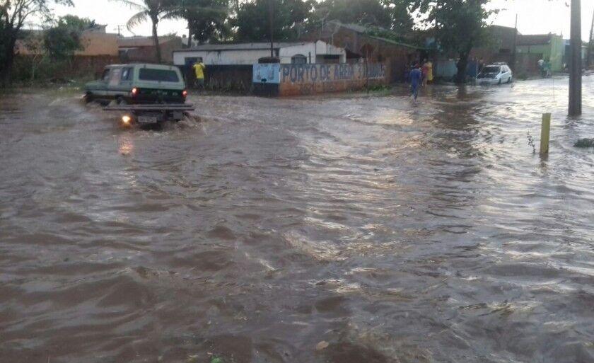 Ruas do bairro Parque São Carlos ficaram alagadas