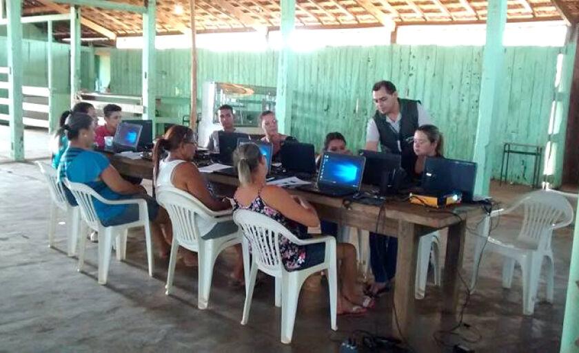 O instrutor foi Roberto Becker Gomes e os alunos receberam noções básicas de informática, princípios e função do computador