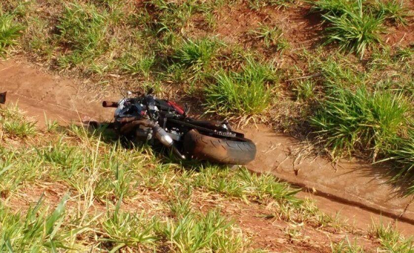 Com a batida, a moto do empresário teria 'voado' sobre o guardrail