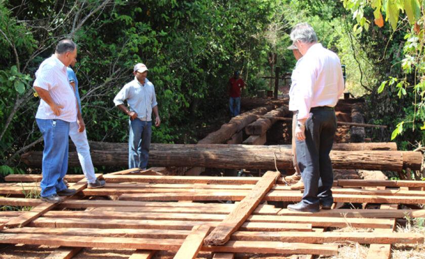 Duas equipes, cada uma com quatro carpinteiros estão trabalhando de segunda a sábado e também nos feriados
