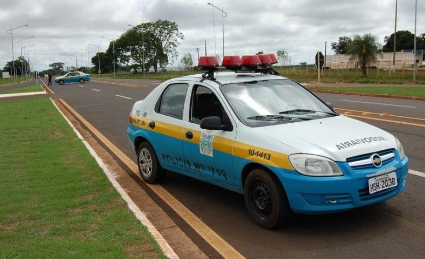 Os policiais o perseguiu durante alguns quilômetros, até que o condutor cessou a carreira, abandonou o veículo