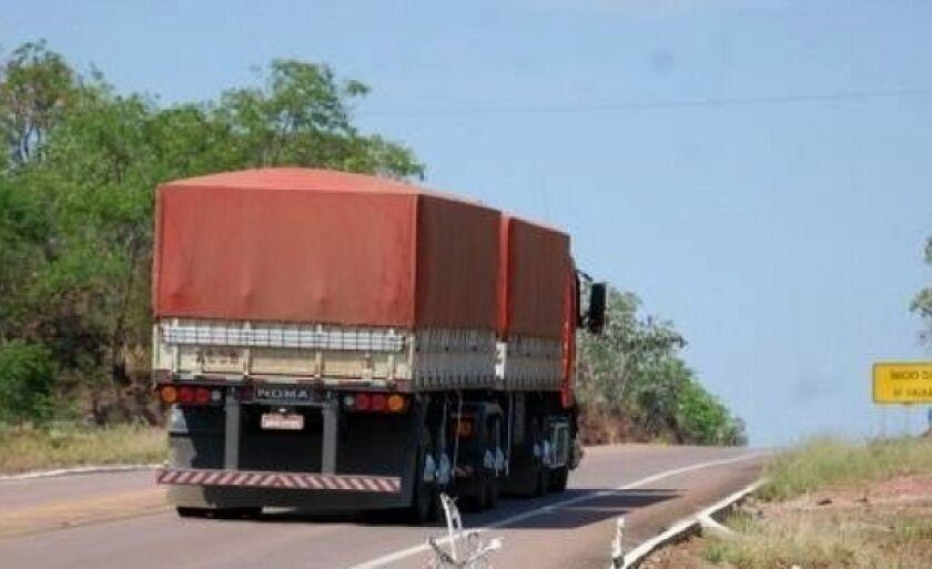 Após liberar o motorista sob ameças a quadrilha fugiu com a carreta