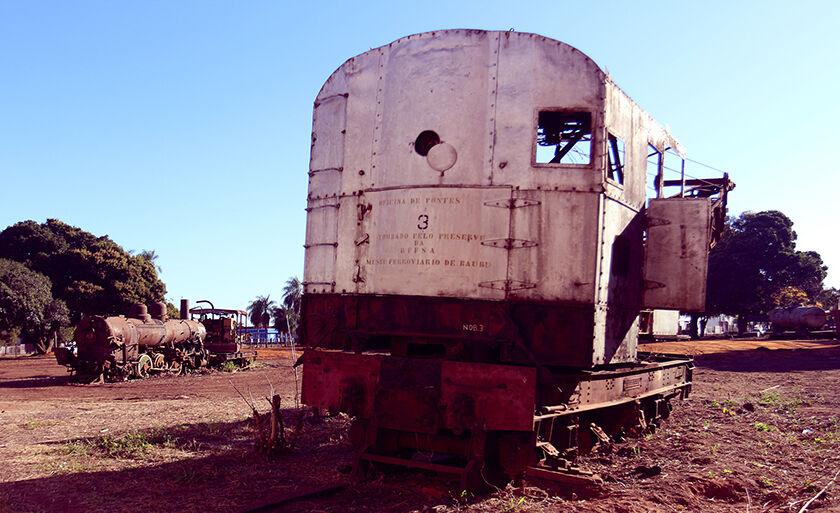 Parte de uma locomotiva deixada na área da NOB, na região central de Três Lagoas