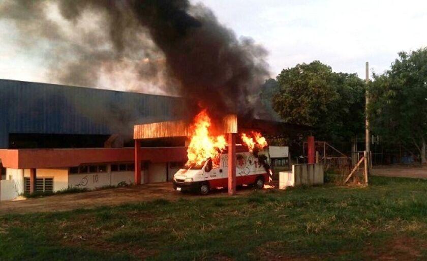 Viatura do SAMU de Paranaíba em chamas