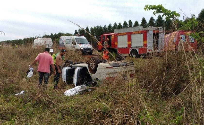 Veículo teria batido na lateral de caminhão depois de desviar de buraco na pista