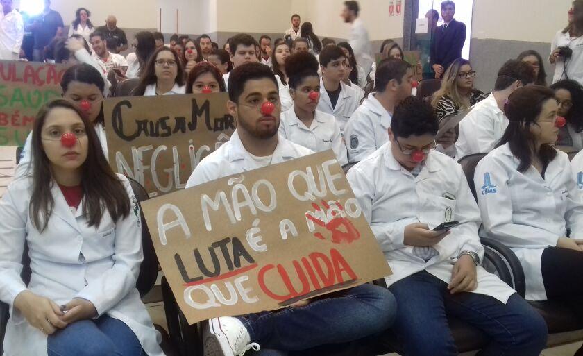 Acadêmicos de medicina realizam protesto na sessão da Câmara