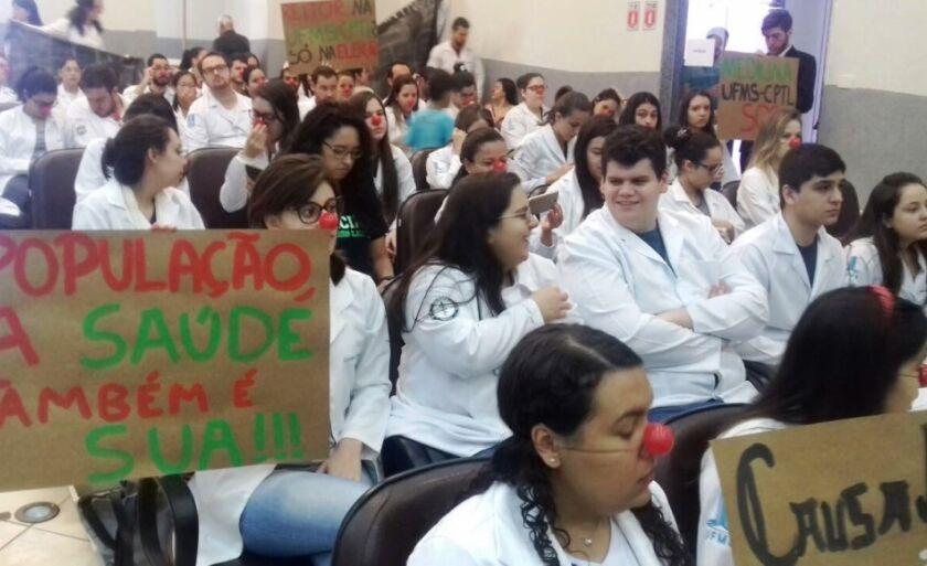 Com faixas, cartazes e nariz de palhaço, os alunos protestam contra a falta de infraestrutura do curso de Medicina de Três Lagoas